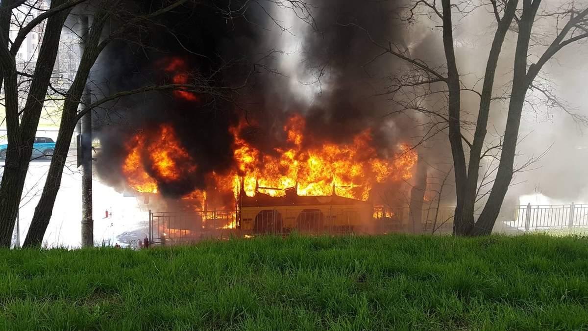 У Києві 29.04.2021 повністю згорів автобус: відео пожежі