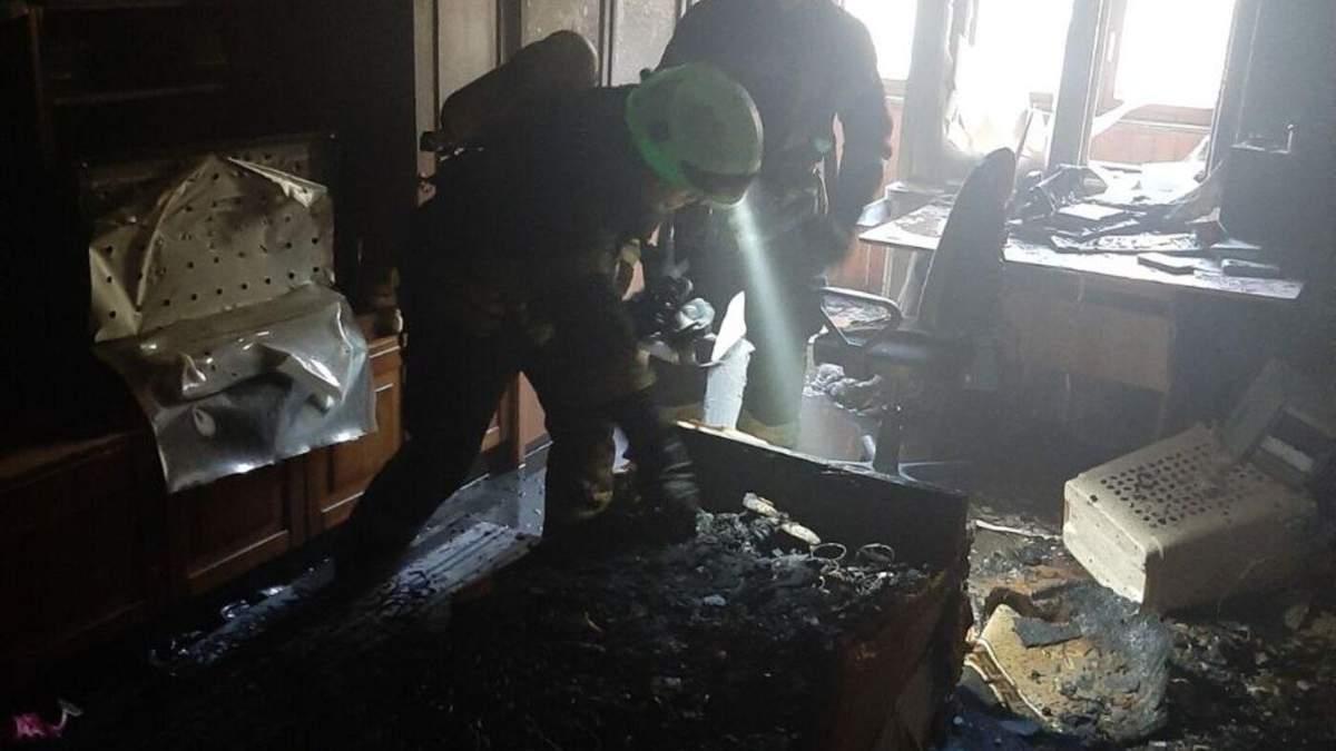 Помешкання згоріло до тла: у Києві під час пожежі врятували чоловіка і жінку