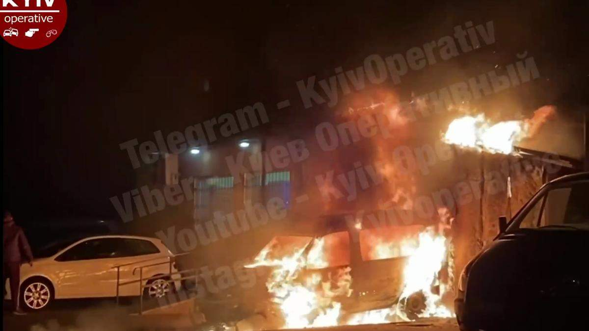 Вогонь перекинувся на магазин: у Києві на ДВРЗ згоріло авто – відео