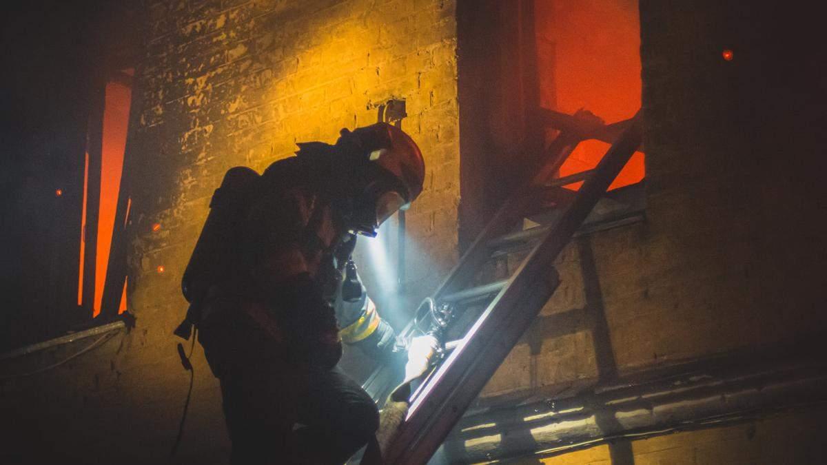 У Києві в житловому будинку сталася смертельна пожежа: загинули 2 людини – відео