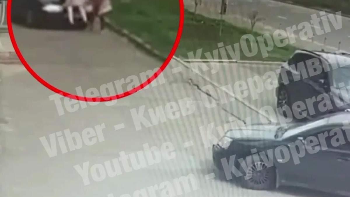 В Киеве легковушка переехала женщину, она почти не пострадала
