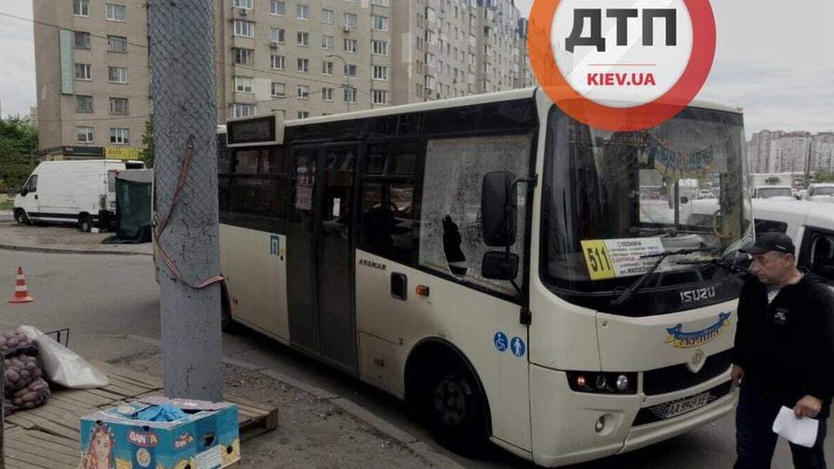 В Киеве водитель легковушки разбил стекло маршрутки после ДТП