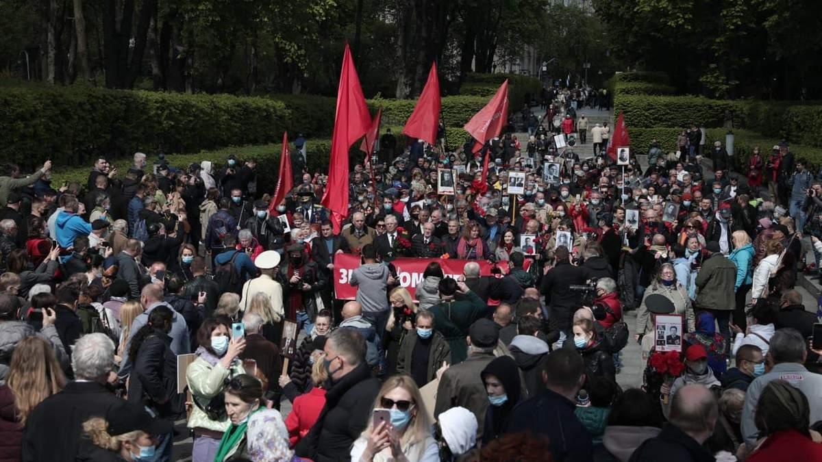 Атмосфера советского праздника: в Киеве возлагают цветы в Парке Славы