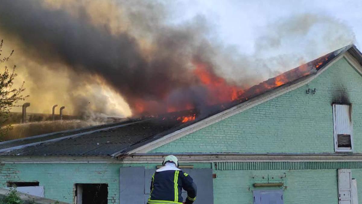 У Києві на Амосова ліквідували серйозну пожежу: горіли склади