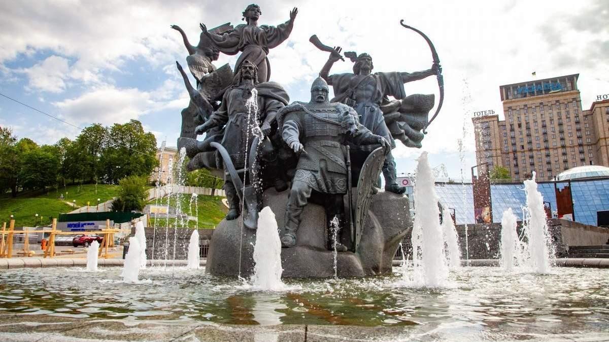 У Києві в один з фонтанів підлили миючий засіб: фото, відео