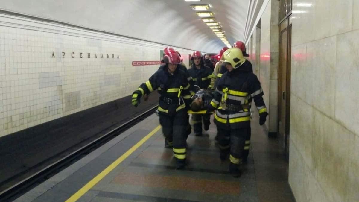 У Київському метро пасажир потрапив під поїзд, кілька станцій зачинено