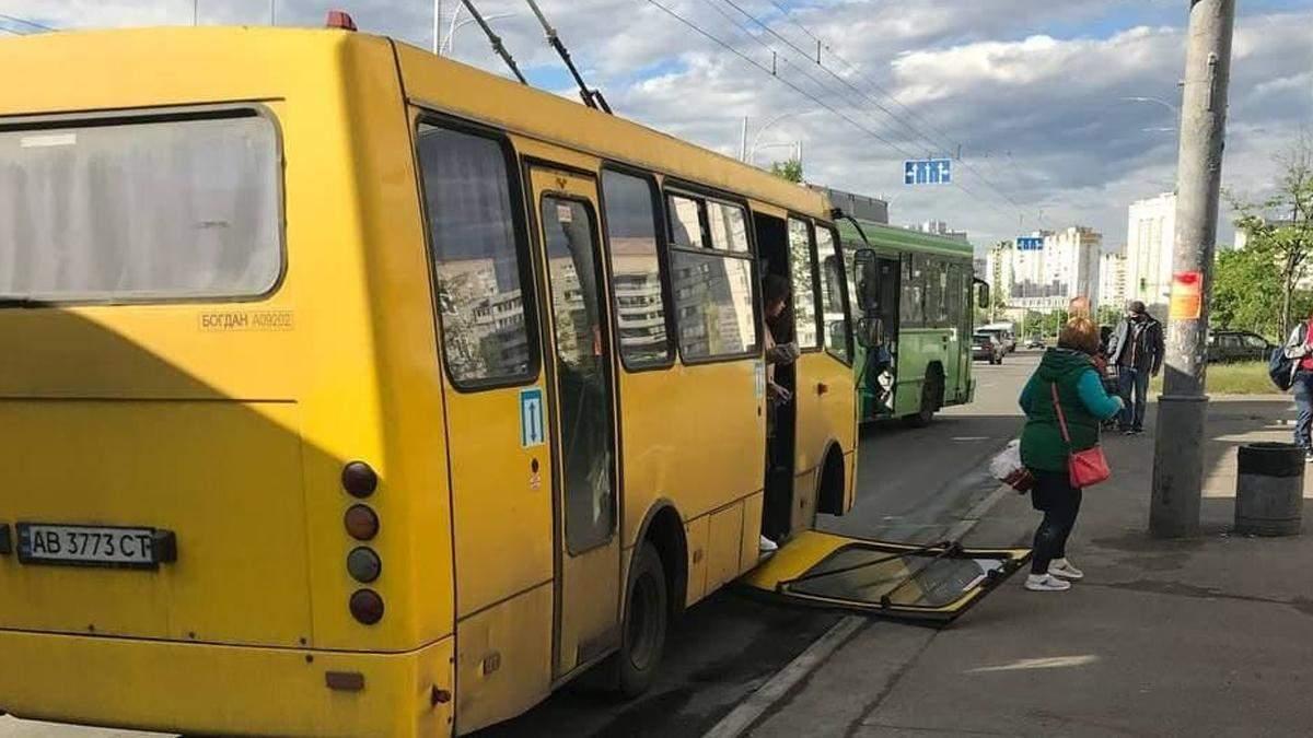 У Києві на Троєщині маршрутка загубила двері: фото