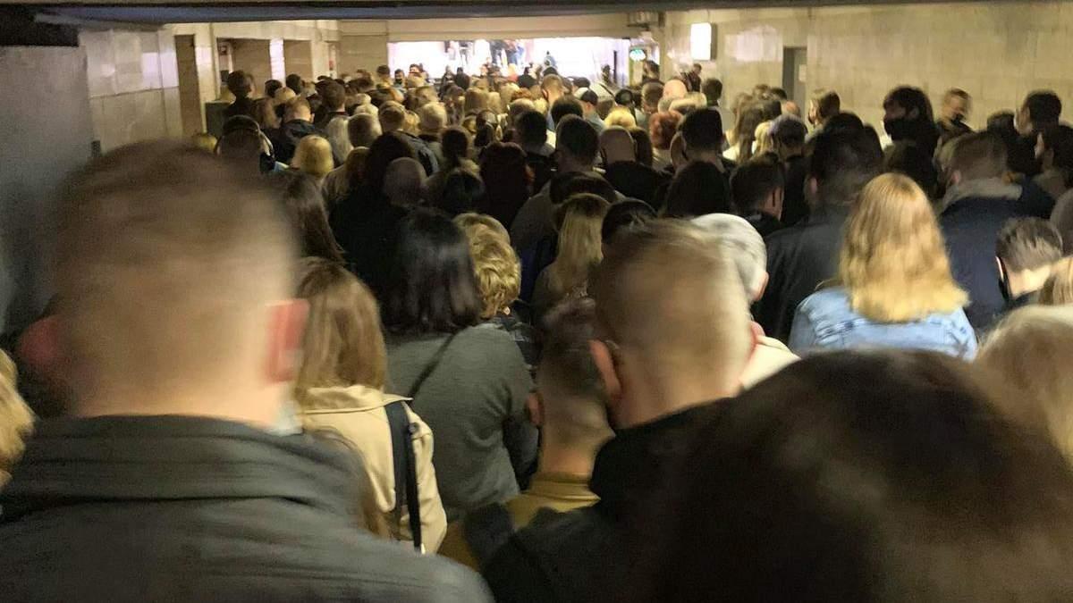На станції метро Позняки у Києві утворився величезний натовп