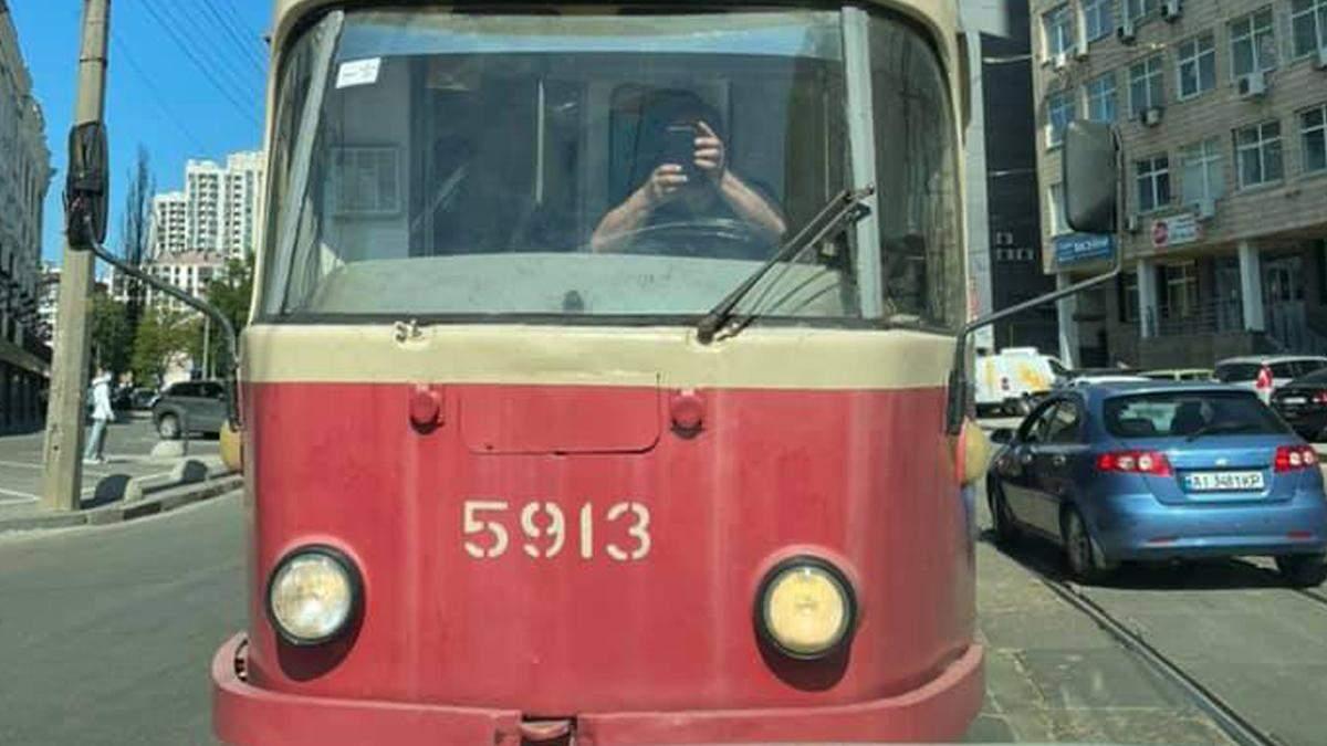 У Києві голова громадської ради при КМДА на джипі заблокував трамвай
