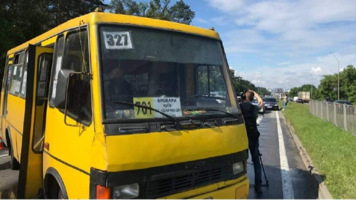 На Броварском проспекте маршрутка столкнулась с легковушкой: видео