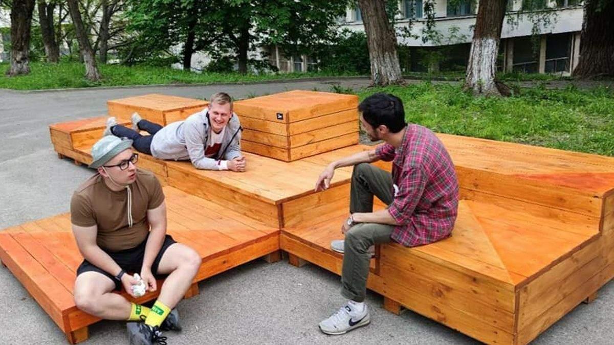 В Киеве исчезла лавочка возле КПИ: в университете ничего не знают
