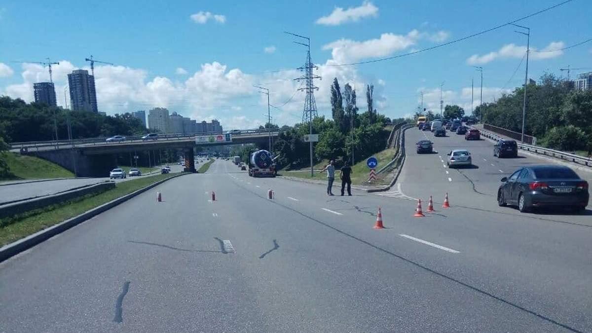У Києві біля Південного мосту у фури Glusko стався витік газу
