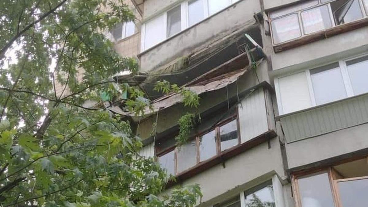 Подробности обвала балкона на Харьковском в Киеве