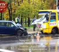В Киеве лоб в лоб столкнулись маршрутка и легковушка: фото и все подробности