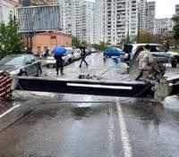 В Киеве на машину упал строительный кран: его демонтировали, дорога свободна для проезда