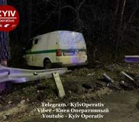 У ліс через відбійник: у Києві в нищівну ДТП потрапив фургон інкасаторів – відео