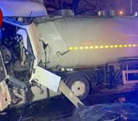 Ужасная смерть: в Киеве водителя грузовика раздавило при столкновении с тягачом – фото