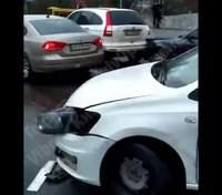 На мості через Русанівський канал у Києві зіштовхнулися 6 машин: відео