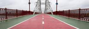 У Києві з пішохідного мосту стрибнув чоловік