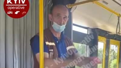 Заряджає позитивом: кондуктор автобусу у Києві показує фокуси та розповідає вірші – відео