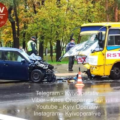У Києві лоб в лоб зіткнулися маршрутка і легковик: фото та всі подробиці