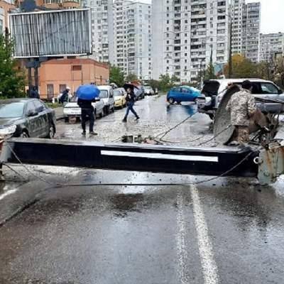 У Києві на автівку впав будівельний кран: фото, відео з місця інциденту