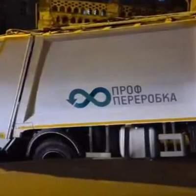 В Киеве под мусоровозом провалился новый асфальт – видео