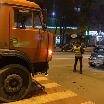 В Киеве водитель бетоносмесителя влетел в легковушку, драгер показал сильное опьянение