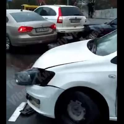 На мосту через Русановский канал в Киеве столкнулись 6 машин: видео