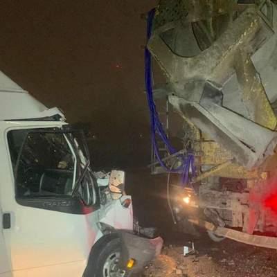 На Кольцевой дороге Киева микроавтобус влетел в бетономешалку: фото