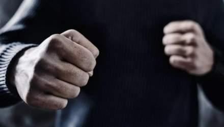 Из-за замечания о нецензурной музыке: в Киеве группа парней жестко избила мужчину