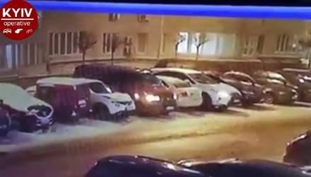 Поссорился с женой и психанул: под Киевом мужчина повредил более 10 автомобилей – видео
