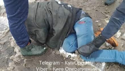 У Києві затримали чоловіка, який кидався з ножем на перехожого: фото