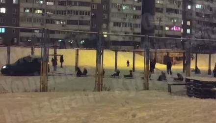 Своєрідні зимові розваги на Троєщині: атмосферне відео
