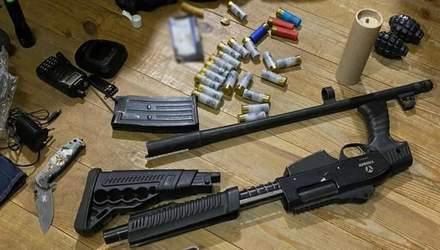"""Поліцейські вилучили у """"тітушок"""" Медведчука гранати та вогнепальну зброю: фото"""