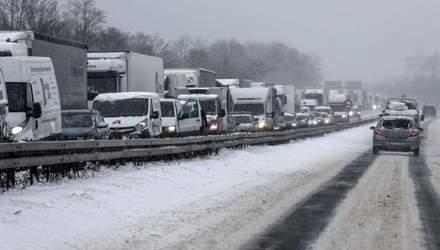 Сніговий колапс: під Києвом стоїть приблизно тисячу фур через негоду