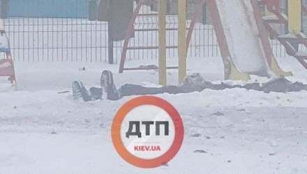 У Києві біля дитячого садка чоловік підірвався на гранаті: відео 18+