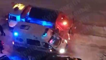 У Києві на Воскресенці швидка зіштовхнулася зі снігоочищувачем: відео
