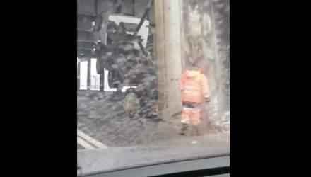 У Києві самоскид незвично завис у повітрі після зіткнення зі мостом: епічне відео