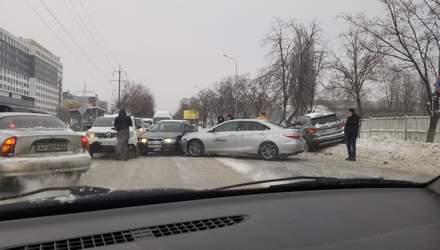 У Вишневому під Києвом сталася масштабна ДТП за участю 6 машин: фото