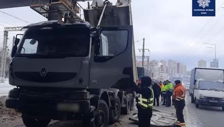 Самоскид, який застряг під мостом у Києві, витягували БТР і снігоочисник: відео