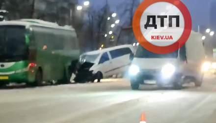 У Києві мікроавтобус на повному ходу влетів у автобус: відео