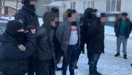 """У Києві затримали банду шахраїв: """"продавали"""" авто з Європи"""