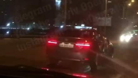 Вже позбавлений прав: у Києві водій легковика спровокував ДТП та втік, ймовірно, був нетверезим