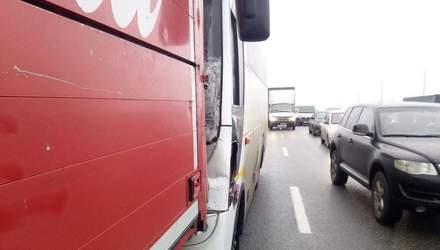 Відволікся та влетів: у Києві автобус в'їхав у вантажівку – фото