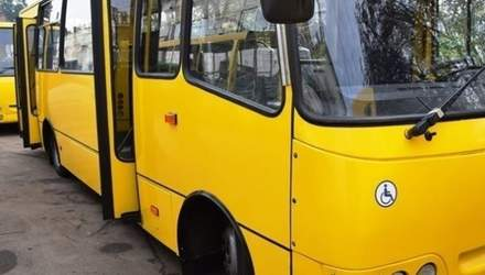 Не треба було народжувати, – у Києві водій маршрутки відмовився везти дідуся з двома дітьми