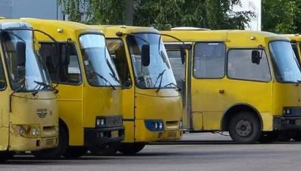 У Києві у забитій пасажирами маршрутці на ходу відпало колесо: фото