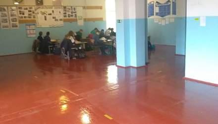 Через велику кількість учнів у школі на Київщині вчителі проводять уроки у коридорах: фото