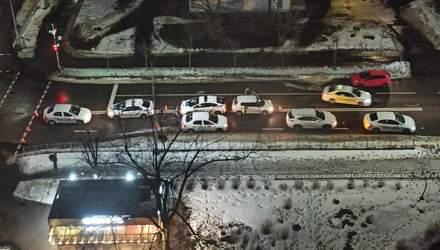 У Києві таксист Uber збив пішохода, який переходив дорогу на зелений: відео