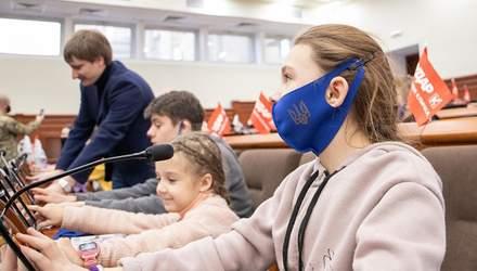 Школярі з прифронтової зони погралися у депутатів у Київраді: фото